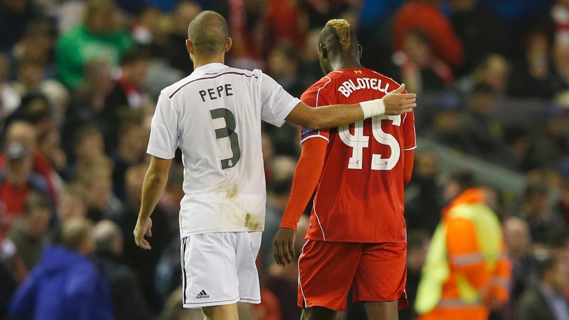 Mario Balotelli, do Liverpool, abraça Pepe, do Real Madrid, durante o jogo entre os dois times pela Liga dos Campeões