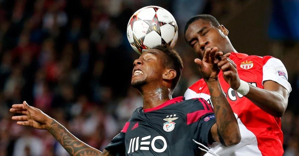 Talisca (esquerda), do Benfica, disputa bola de cabeça com Kondogbia, do Monaco