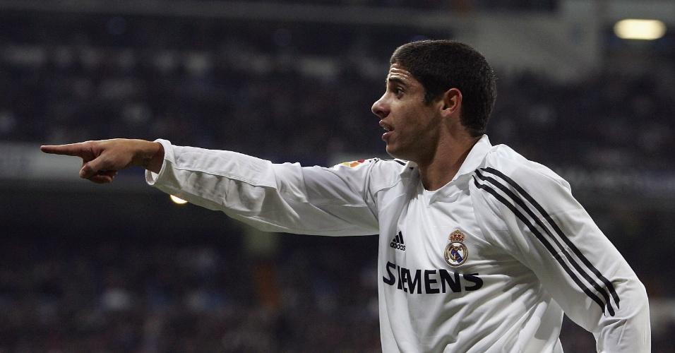 Cicinho em ação pelo Real Madrid