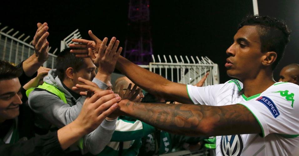 Luiz Gustavo é saudado pela torcida após goleada do Wolfsburg na Rússia