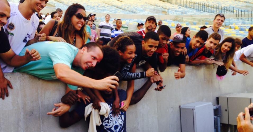 Phil Davis é abraçado por fãs após treino aberto do UFC 179, que acontecerá no Rio de Janeiro
