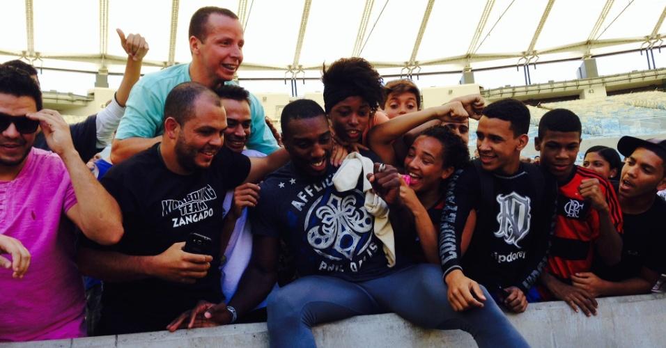 Phil Davis tira foto com fãs após treino aberto para o UFC 179