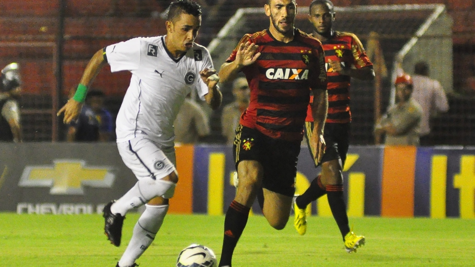 Rodrigo Mancha tenta evitar jogada do Goiás contra o Sport pelo Brasileirão