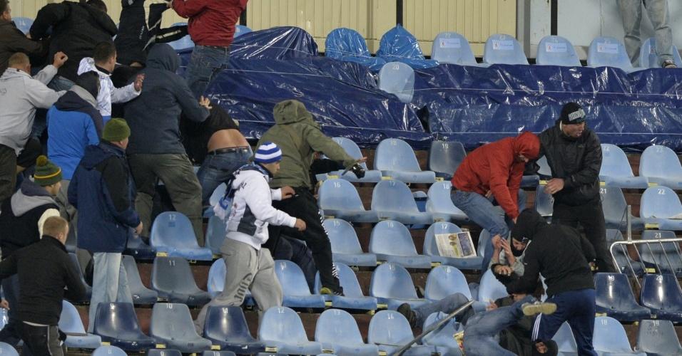 Torcedores de Slovan Bratislava e Sparta Praga brigam durante jogo da Liga Europa na Eslováquia