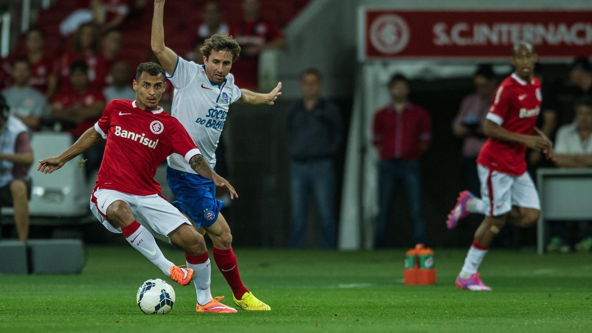 Alan Patrick domina a bola, sob marcação do Bahia