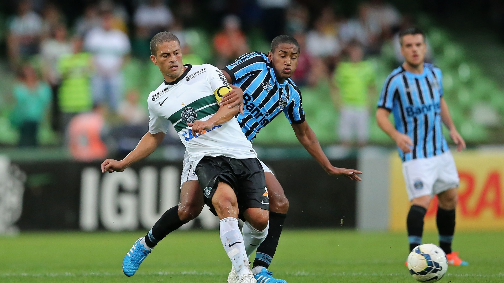 Alex, do Coritiba, passa a bola, sob marcação de Matheus, do Grêmio