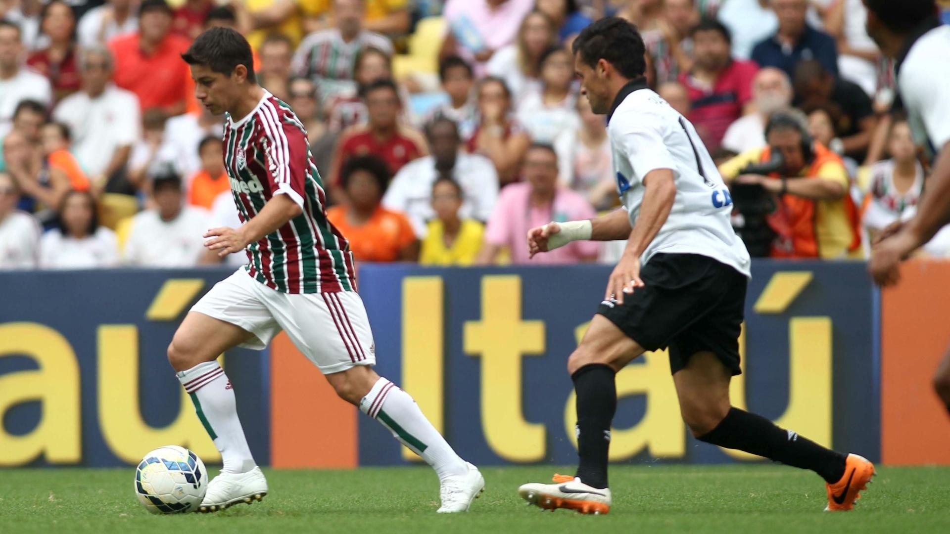 Conca tenta escapar da marcação do Atlético-PR
