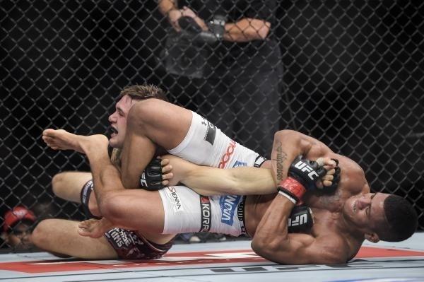 Durinho finaliza americano no UFC 179, no Rio