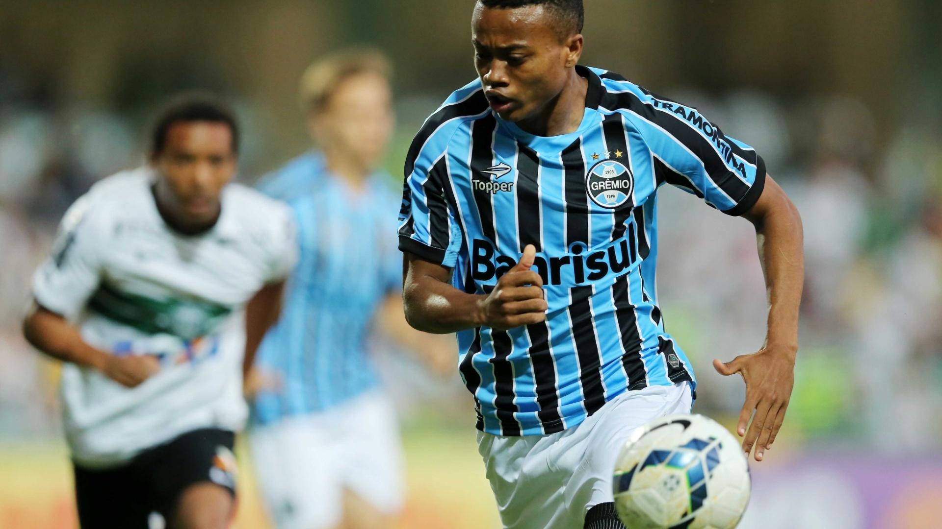 Erick, do Grêmio, tenta fugir da marcação do Coritiba