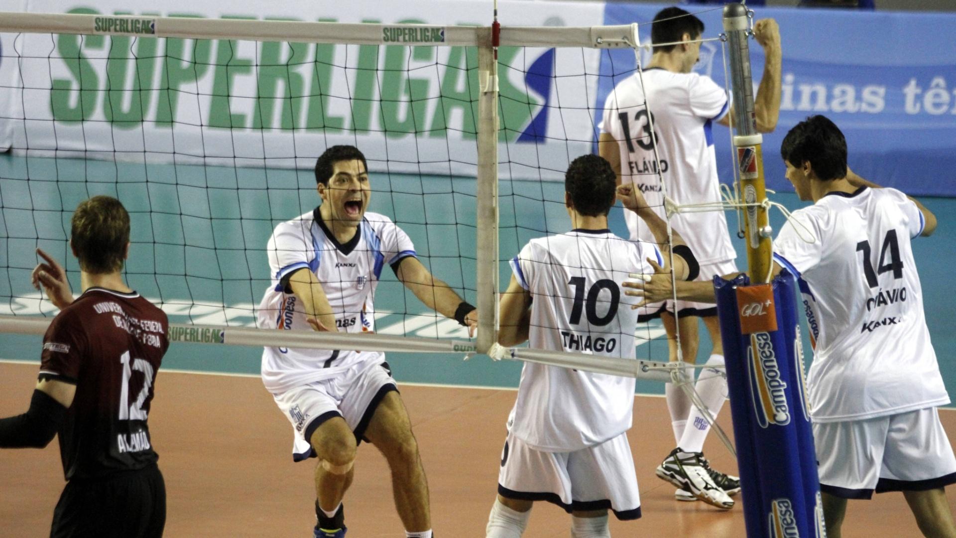 Everaldo comemora com o Thiago o ponto de bloqueio que deu vitória para o Minas na estreia da Superliga