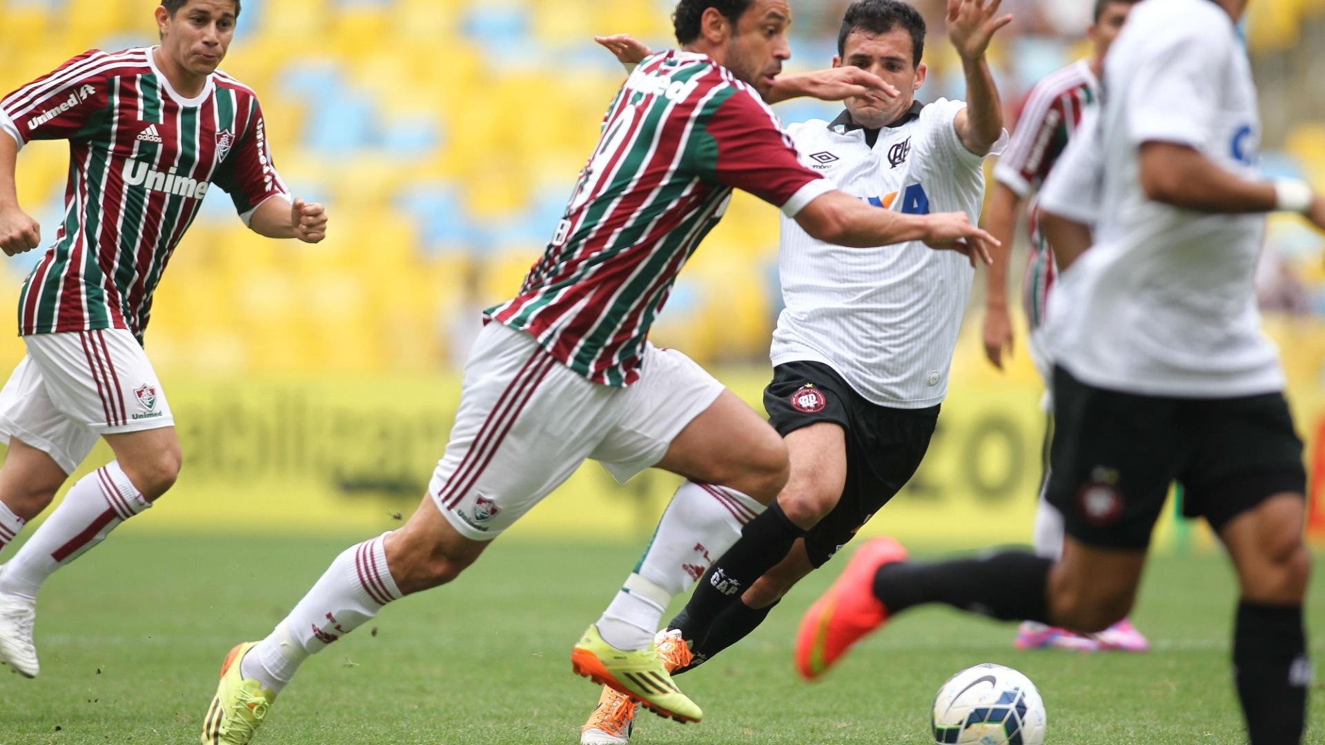Fred tenta jogada individual contra a marcação do Atlético-PR