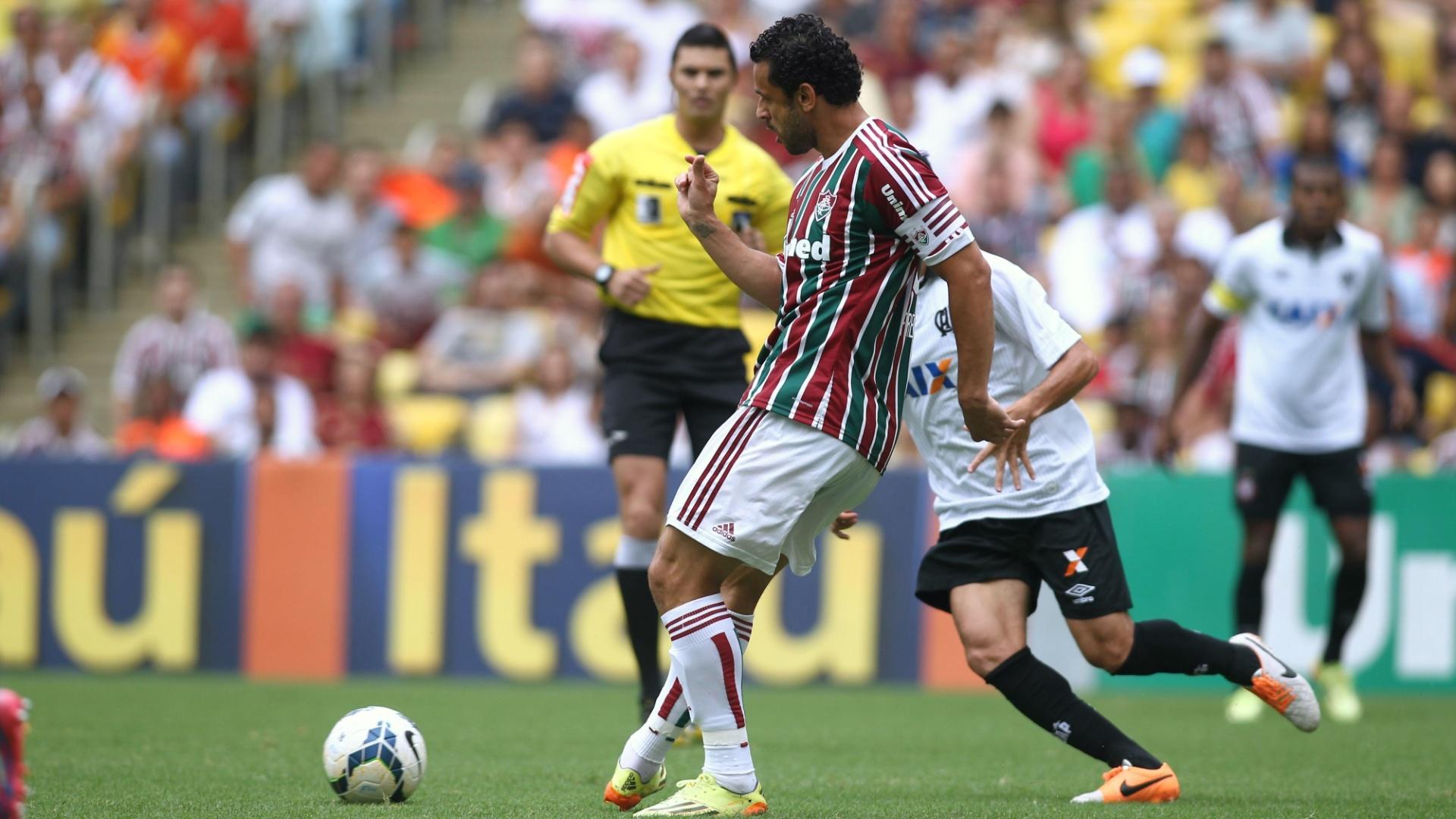 Fred tenta passe durante o jogo contra o Atlético-PR