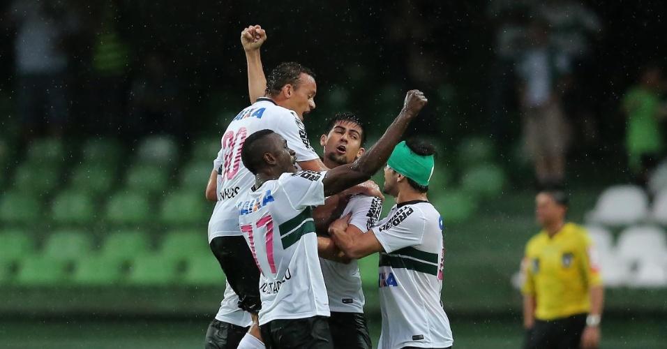 Jogadores do Coritiba comemoram gol sobre o Grêmio