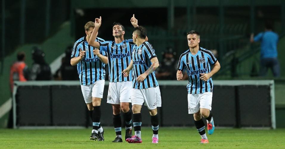 Riveros comemora gol do Grêmio sobre o Coritiba com o companheiros