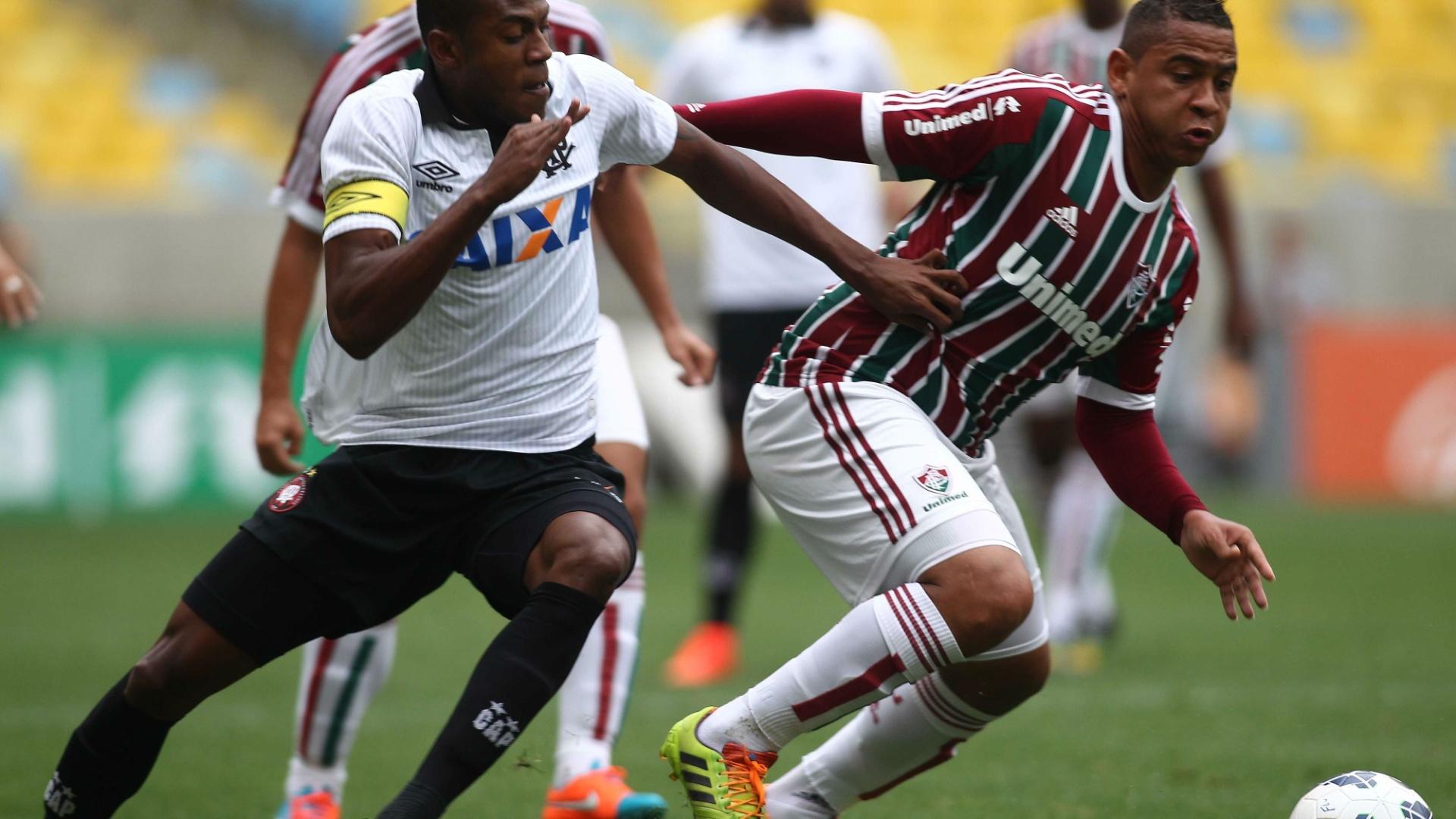 Walter, do Fluminense, briga pela bola contra a marcação do Atlético-PR