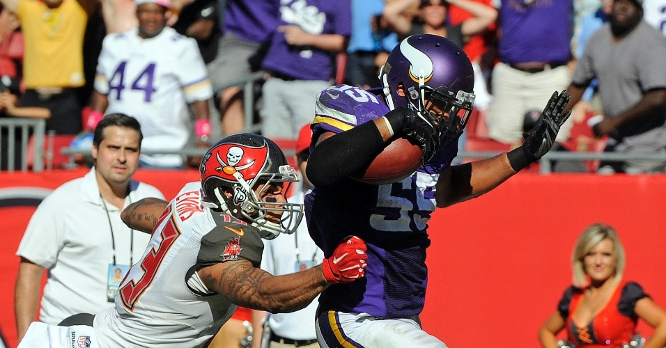 Anthony Barr, do Minnesota Vikings, se livra da marcação de Mike Evans, do Tampa Bay Buccaneers