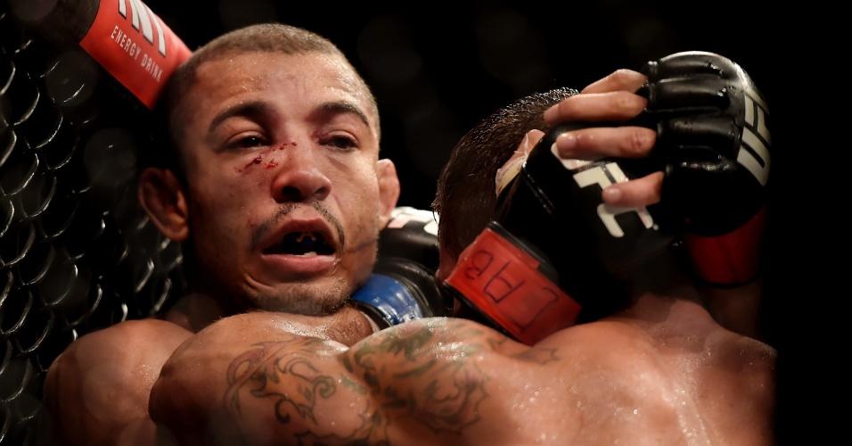 Chad Mendes leva José Aldo para a grade durante a luta principal do UFC Rio 5