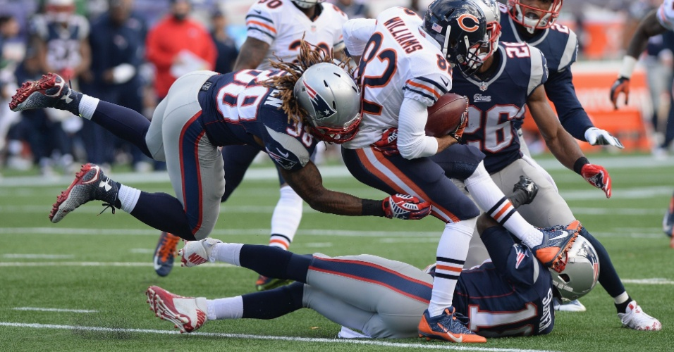 Chris Williams, do Chicago Bears, tenta passar pela linha defensiva do New Englad Patriots