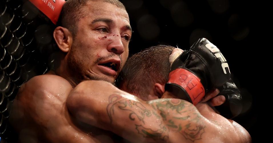 Contra a grade, José Aldo tenta se livrar de Chad Mendes durante a luta principal do UFC Rio 5