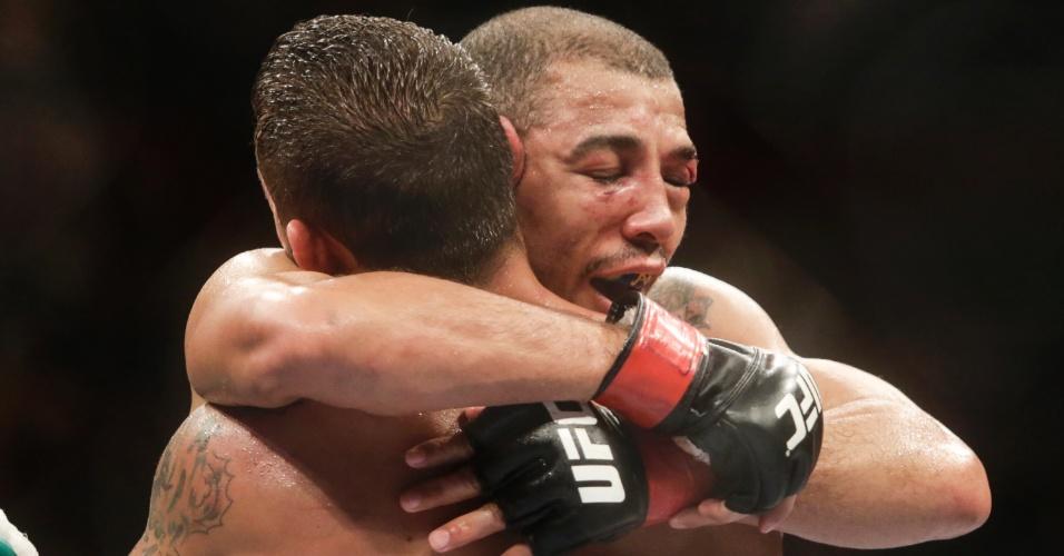 José Aldo abraça Chad Mendes após combate principal do UFC Rio 5