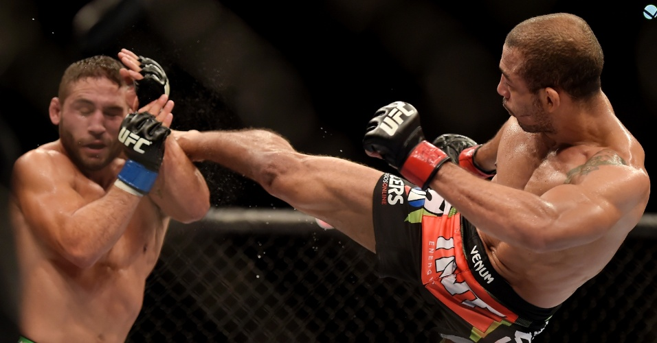 José Aldo acerta golpe em Chad Mendes durante a luta principal do UFC Rio 5