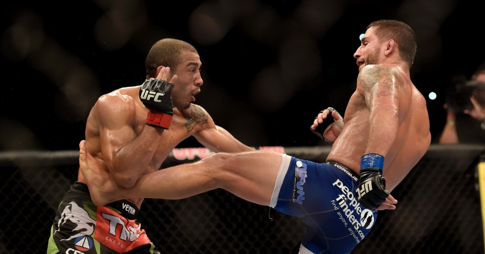 José Aldo leva golpe de Chad Mendes durante a luta principal do UFC Rio 5
