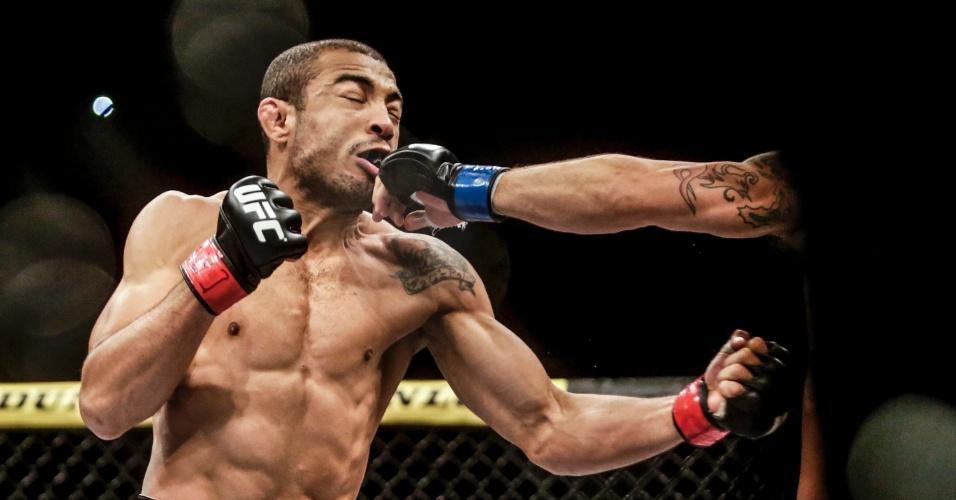 José Aldo leva golpe de Chad Mendes na luta principal do UFC Rio 5; por decisão unânime dos jurados, brasileiro venceu e manteve o cinturão dos penas