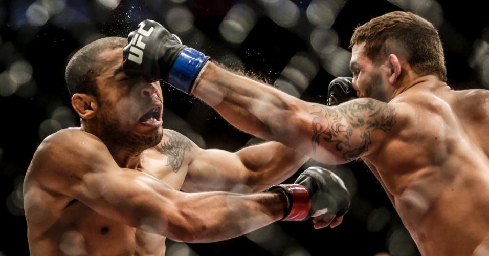 José Aldo terminou a luta desfigurado, mas venceu Chad Mendes por decisão unânime dos jurados e manteve o cinturão dos penas do UFC