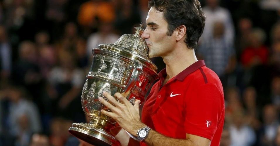 Roger Federer beija o troféu do Torneio da Basileia após vencer David Goffin na final