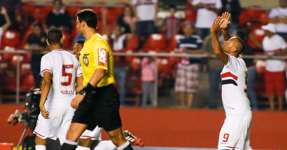 27.out.2014 - Luis Fabiano comemora após marcar o segundo gol do São Paulo contra o Goiás no Morumbi
