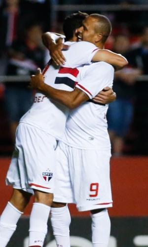 Alan Kardec comemora com Luis Fabiano após marcar o terceiro gol do São Paulo (27.out.2014)