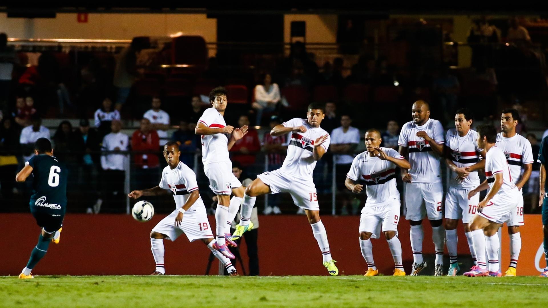 Jogadores do São Paulo tentam parar cobrança de falta do Goiás no Morumbi (27.out.2014)