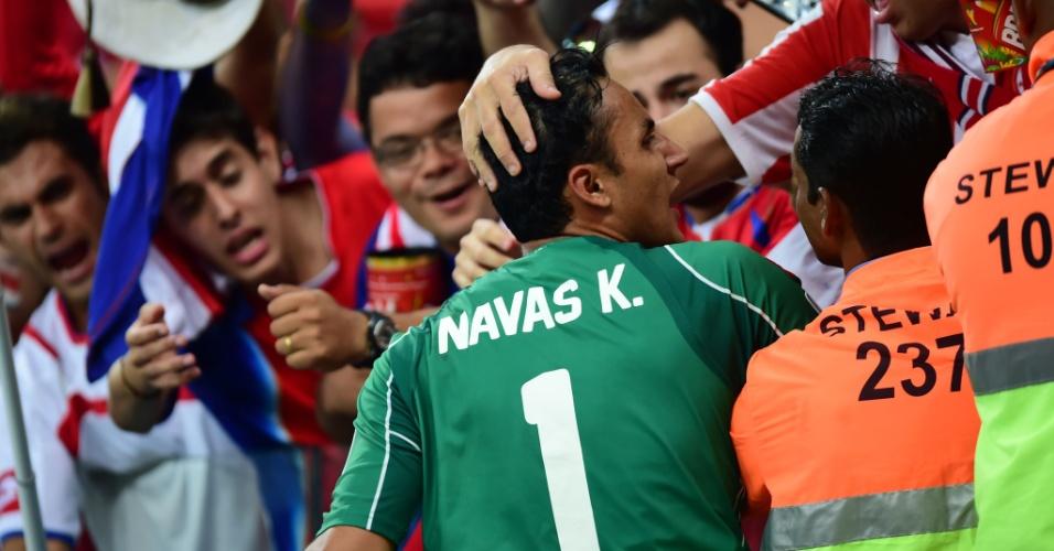 Keylor Navas, goleiro da Costa Rica, é abraçado por torcedores após garantir a classificação da sua seleção para as oitavas da Copa do Mundo