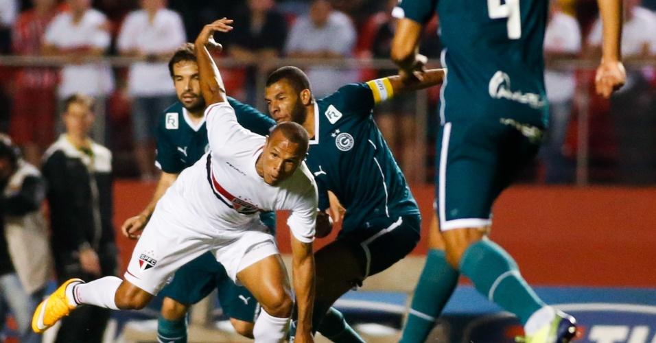 Luis Fabiano tenta escapar da marcação do Goiás no Morumbi (27.out.2014)