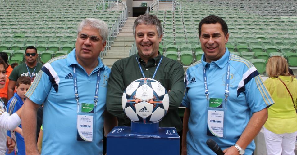 Paulo Nobre (centro) posa para foto ao lado de Paulo Remy (esq.) e Walter Torre, dirigentes da WTorre
