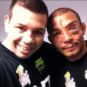Pedro Rizzo, ex-UFC, posa com José Aldo e mostra o estado do rosto do brasileiro após a vitória por pontos contra Chad Mendes, no UFC Rio 5 - Reprodução/Twitter