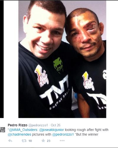 Pedro Rizzo, ex-UFC, posa com José Aldo e mostra o estado do rosto do brasileiro após a vitória por pontos contra Chad Mendes, no UFC Rio 5