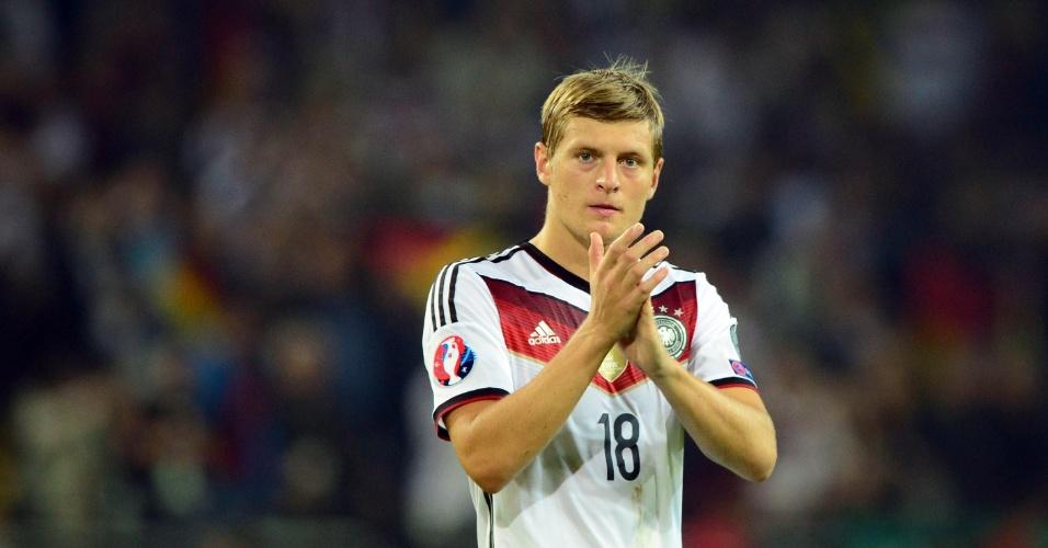Toni Kroos, meia da Alemanha, aplaude jogada da sua equipe na partida contra a Escócia, pelas Eliminatórias da Euro 2016