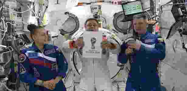 Astronauta russo faz divulgação da logomarca da Copa de 2018 em pleno espaço - Fifa/Divulgação