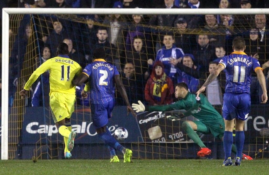 Drogba faz o gol do Chelsea contra o Shrewsbury