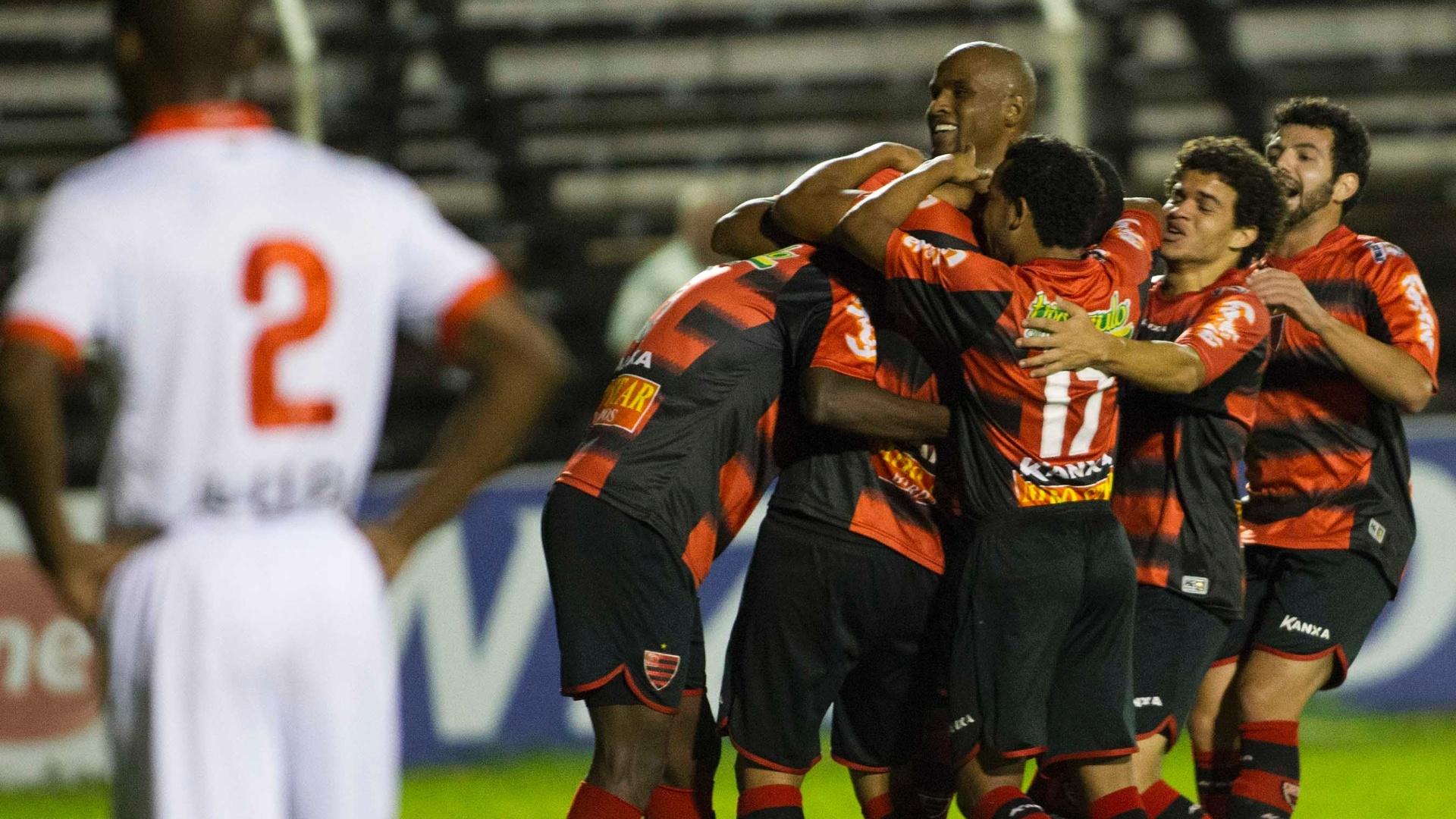 Jogadores do Oeste comemoram gol contra a Portuguesa