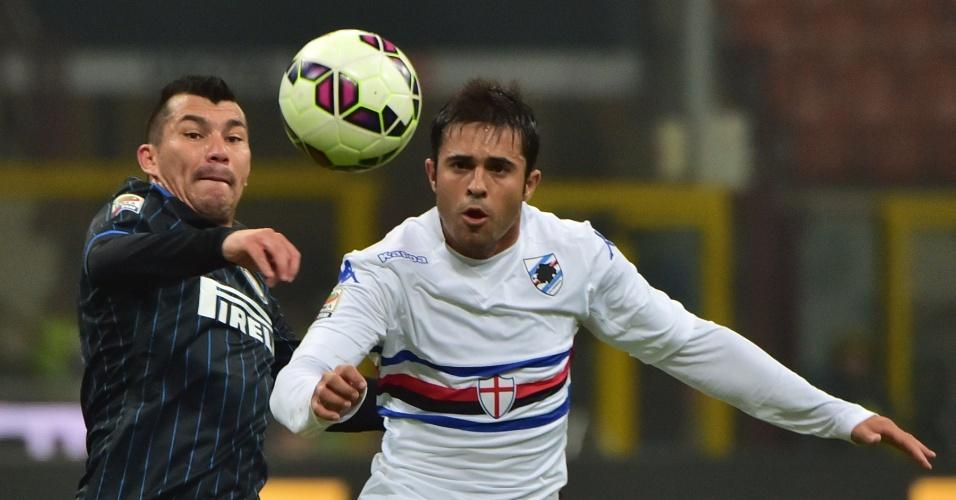 Atacante brasileiro Éder, da Sampdoria, disputa bola de cabeça com jogador da Inter de Milão