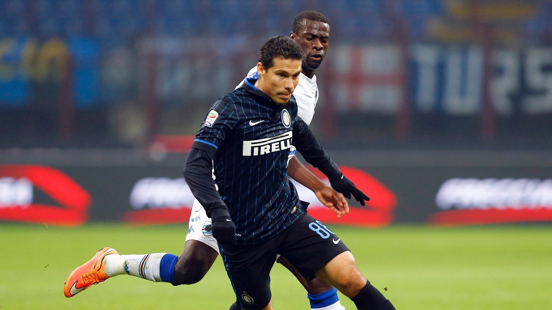 Hernanes conduz a bola pela Inter de Milão no Campeonato Italiano