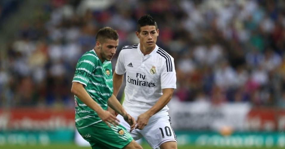 James Rodríguez (branco) disputa bola em jogo do Real Madrid na Copa do Rei