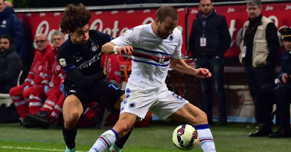 Lateral esquerdo Dodô (esquerda), da Inter de Milão, tenta roubar a bola de Lorenzo De Silvestri