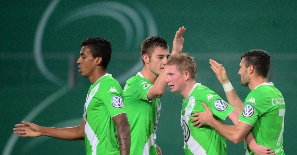 Luiz Gustavo (esquerda) marcou dois gols pelo Wolfsburg na Copa da Alemanha