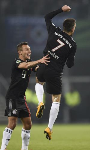 Rafinha tenta abraçar Ribéry para comemorar gol do Bayern de Munique na Copa da Alemanha