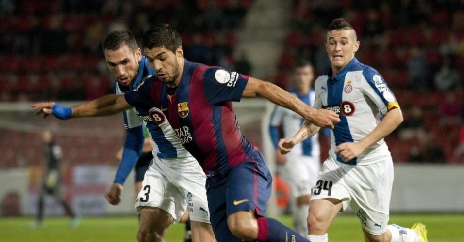 Suárez conduz a bola durante jogo do Barcelona contra o Espanyol pela Supercopa da Catalunha