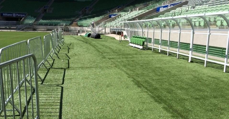 World Sports, empresa responsável pelo gramado da arena, instalou a parte sintética, ao redor do campo