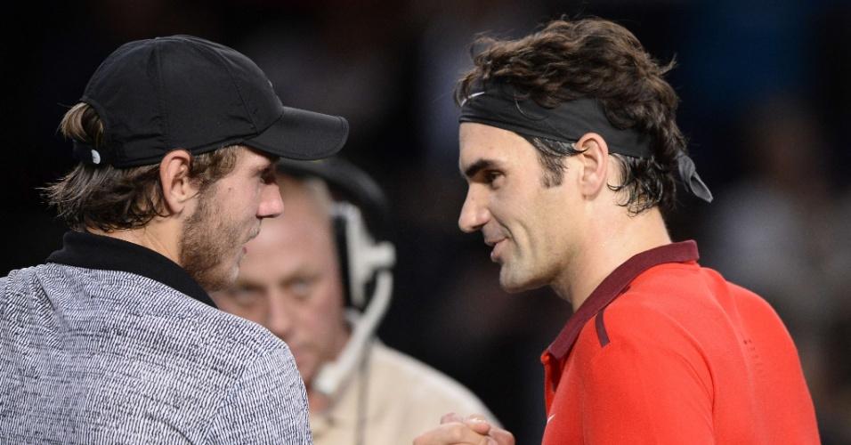 30.out.2014 - Lucas Pouille (e) e Roger Federer se cumprimentam após jogo do Masters 1.000 de Paris. Federer venceu por 2 sets a 0 e avançou às quartas de final